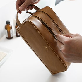 Explore our leather toiletry bags guide!